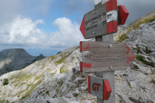 Mountains signpost. Signposts indicating a mountain path in the Apuan Alps. Stock photos. - MyVideoimage.com | Foto stock & Video footage
