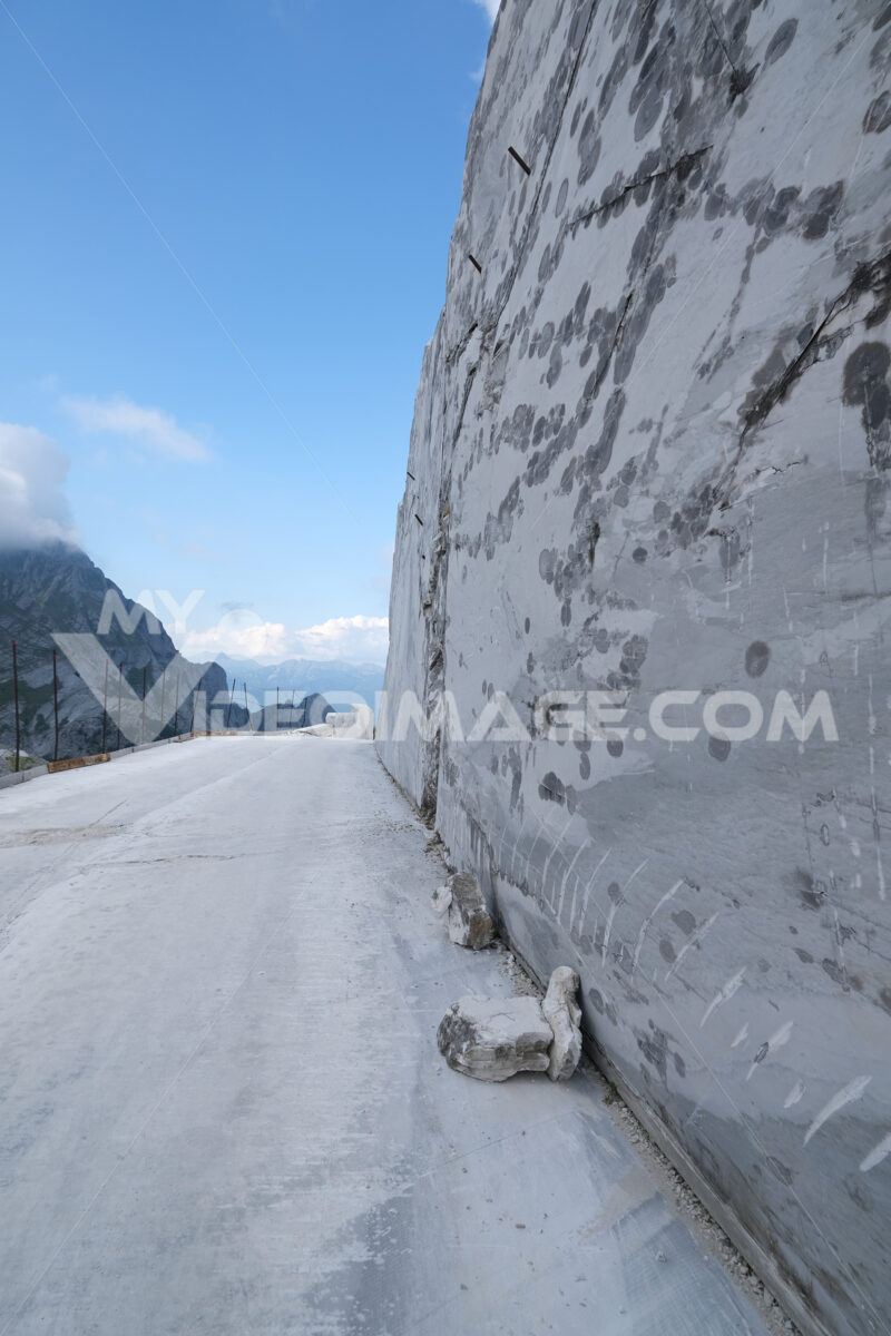 Muro in marmo. White marble quarries on the Apuan Alps in Tuscany. Foto stock royalty free. - MyVideoimage.com | Foto stock & Video footage