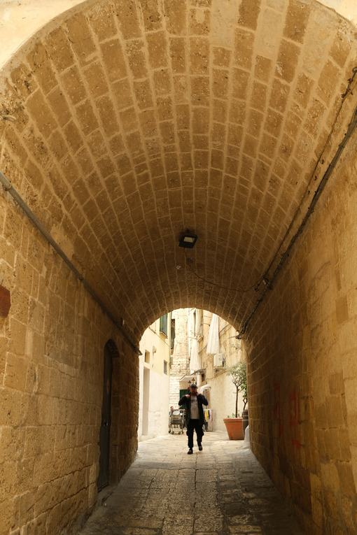 Narrow barrel-vaulted street in the historic center of the city of Bari. Walking person. - MyVideoimage.com | Foto stock & Video footage