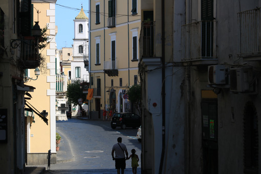 Narrow street of the small village of Ischia Ponte. Foto Ischia photos.