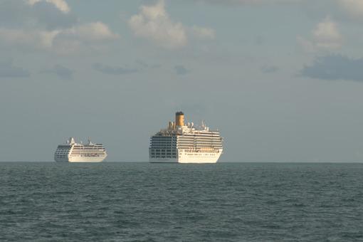 Navi da crociera in rada. Cruise ships anchored near the coast in the Gulf of La Spezia. Foto stock royalty free. - MyVideoimage.com | Foto stock & Video footage