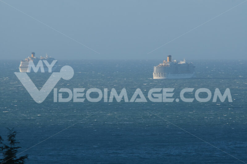 Navi da crociera. Cruise ship coast in the stormy sea. Foto stock royalty free. - MyVideoimage.com | Foto stock & Video footage
