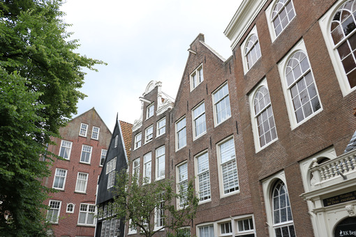 Neighborhood in Amsterdam. Begijnhof, the courtyard of the Beguines. In the city center a n - MyVideoimage.com | Foto stock & Video footage