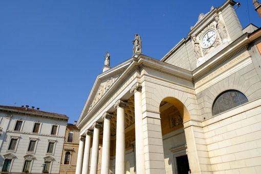 Neoclassical temple facade with marble columns. - MyVideoimage.com | Foto stock & Video footage