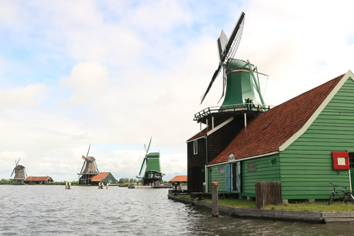 Netherlands Windmills. Windmills of Zaanse Schans, near Amsterdam. The structures were - MyVideoimage.com | Foto stock & Video footage