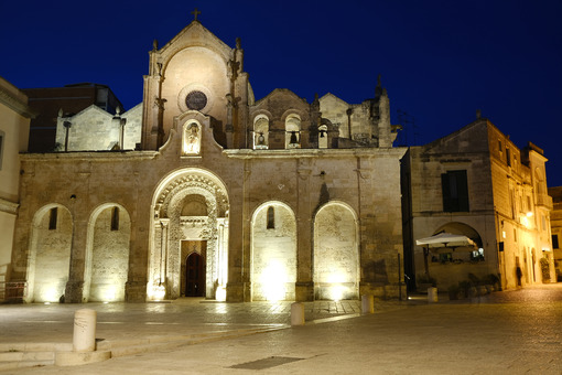 Night photo of the facade of the church of San Giovanni in Matera. Photographed with artificial lights. - LEphotoart.com