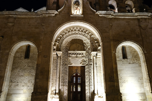 Night photo of the facade of the church of San Giovanni in Matera. Photographed with artificial lights. Detail of the portal in Arabic style. - LEphotoart.com