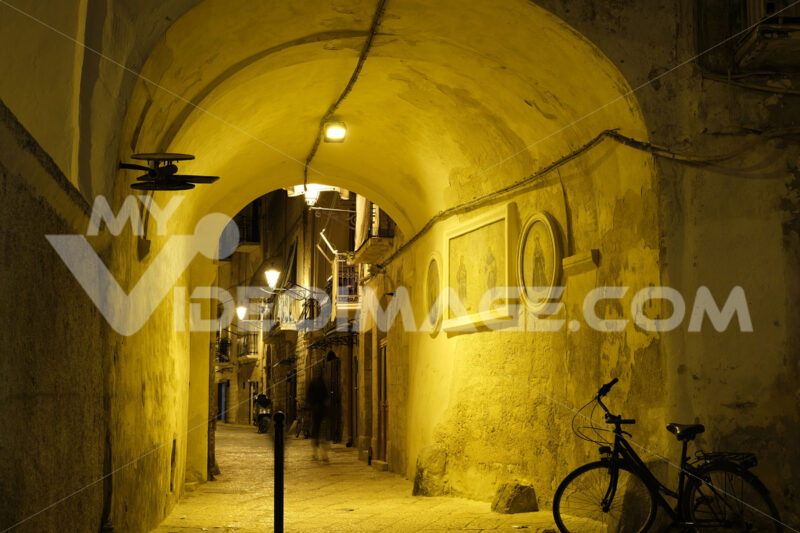 Night walk in a street of the Mediterranean city of Bari.Allley under an arch and vault. - MyVideoimage.com | Foto stock & Video footage