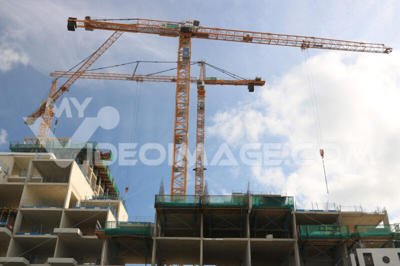 Numerous cranes for lifting materials on a construction site. Co - MyVideoimage.com