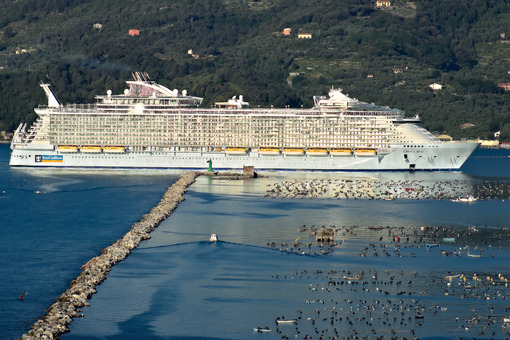 Oasis of the Seas cruise ship in the Mediterranean Sea in La Spezia. Foto navi. Ships photo.