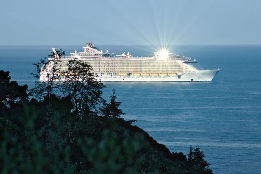 Oasis of the Seas cruise ship in the Mediterranean Sea in La Spezia. Navi - LEphotoart.com