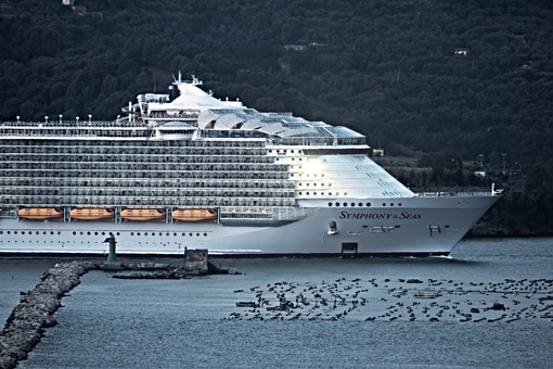 Oasis of the Seas cruise ship in the Mediterranean Sea in La Spezia. The ship enters the port of the Gulf of La Spezia. Foto navi. Ships photo.