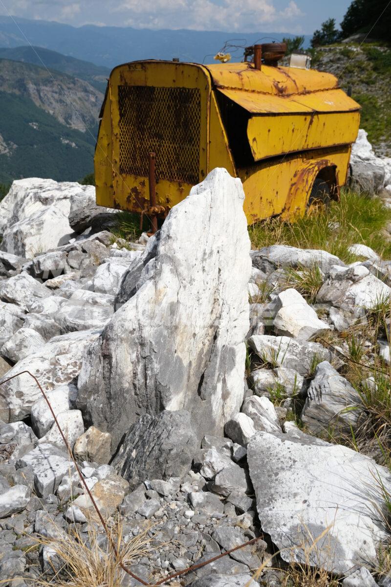 Old compressor. Environmental degradation in the mountains of Alta Versilia. Stock photos. - MyVideoimage.com   Foto stock & Video footage