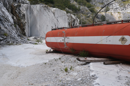 Old marble texture. Old fuel tank in a white marble quarry. Stock photos. - MyVideoimage.com | Foto stock & Video footage