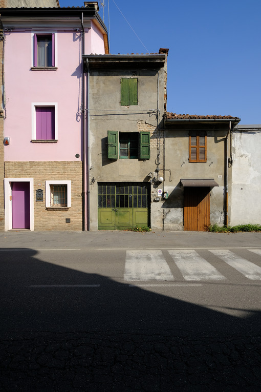 Old terraced houses along a street. Degraded facades of houses of different heights. - MyVideoimage.com | Foto stock & Video footage