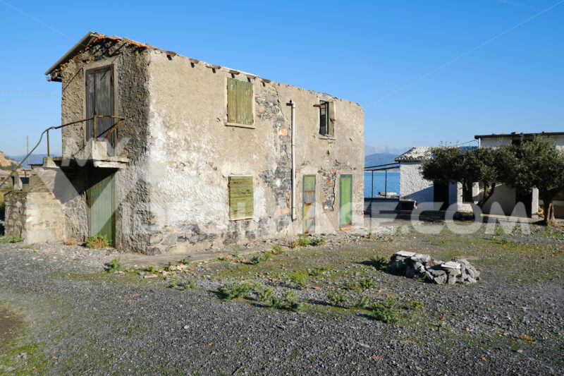 Old uninhabited house on the island of Palmaria near Portovenere and the Cinque Terre. - MyVideoimage.com
