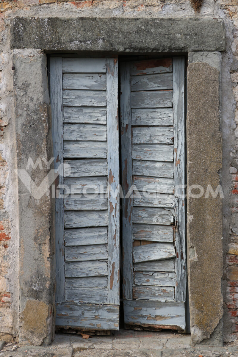 Old wooden door with cracked gray paint in a villa near Florence - MyVideoimage.com