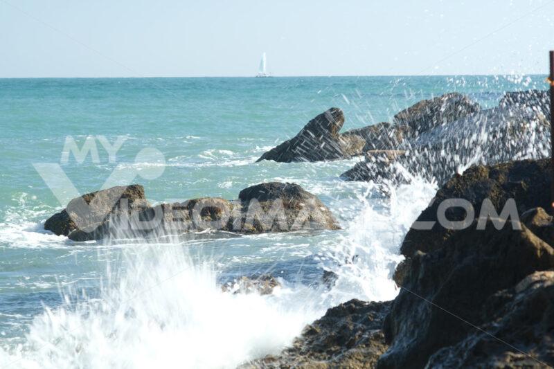 Onde sugli scogli. Sea waves crash on the cliff. Foto stock royalty free. - MyVideoimage.com | Foto stock & Video footage