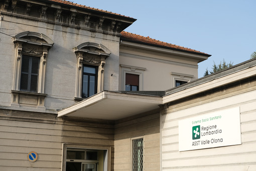 Ospedale Busto Arsizio. Busto Arsizio Hospital. Entrance building with the ASST of Valle Olona sign. - MyVideoimage.com | Foto stock & Video footage