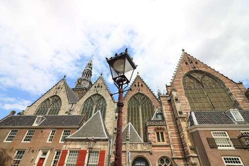 Oude Kerk in Amsterdam. Old Church, Oude Kerk, is the oldest church in the city. It is l - MyVideoimage.com | Foto stock & Video footage