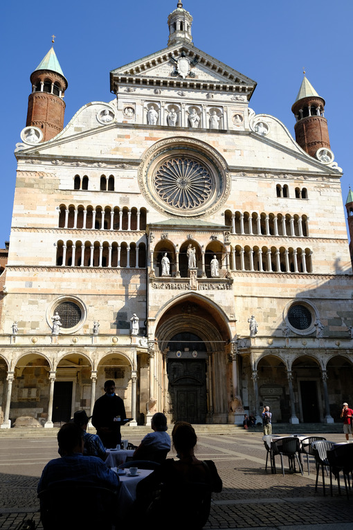 Outdoor tables in Cremona. Tables in an outdoor bar facing the cathedral. Stock photos. - MyVideoimage.com | Foto stock & Video footage