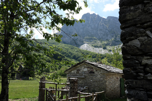 Paesaggio di montagna. Campocatino. Garfagnana. Houses in stone and white marble stones.  Campocatino, Garfagnana, Apuan Alps, Lucca, Tuscany. Italy. - MyVideoimage.com | Foto stock & Video footage