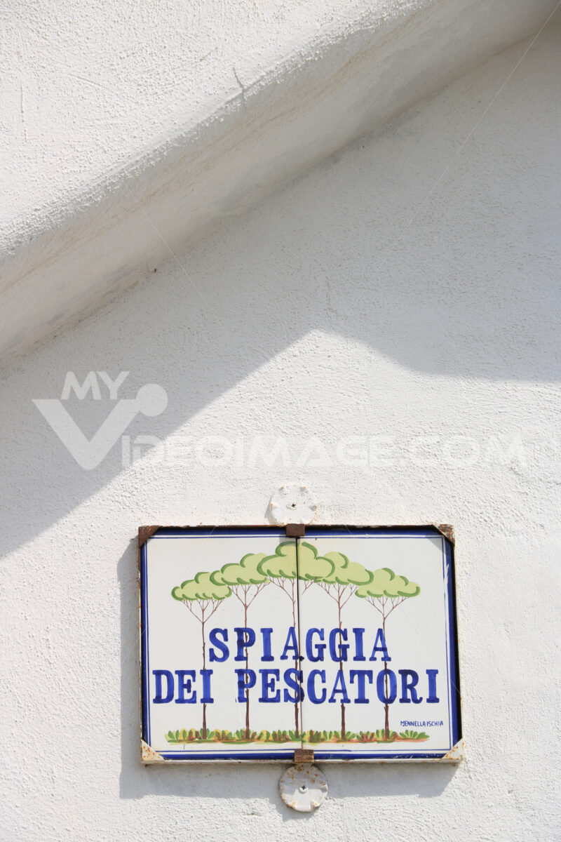 Painted ceramic street sign indicating the Fishermen's Beach app - MyVideoimage.com | Foto stock & Video footage