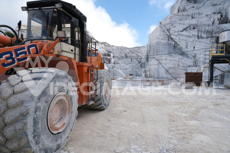 Pala gommata in cava di marmo. Wheel loader in a white marble quarry near Carrara. Foto stock royalty free. - MyVideoimage.com | Foto stock & Video footage