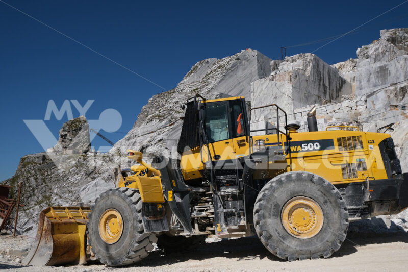 Pala gommata. Large white marble quarry with blue sky background. - MyVideoimage.com | Foto stock & Video footage