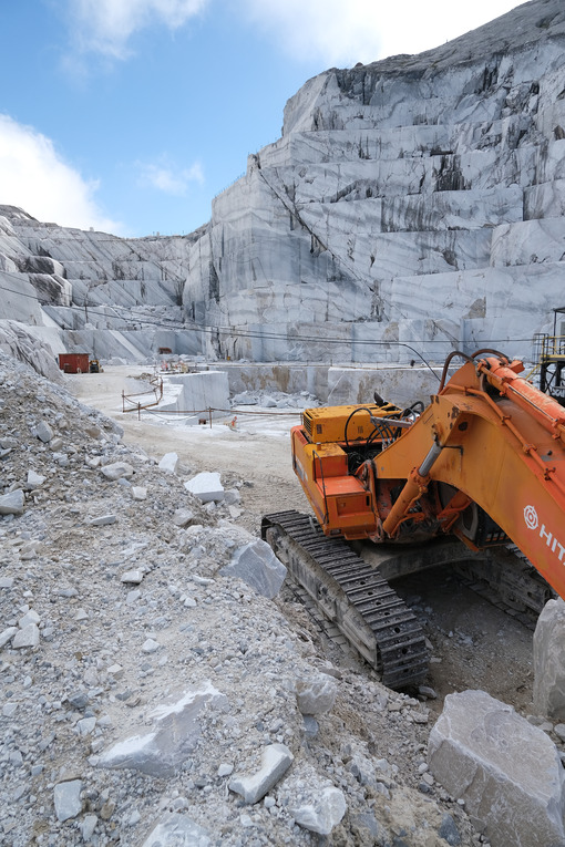 Pala meccanica in cava di marmo. Wheel loader in a white marble quarry near Carrara. Foto stock royalty free. - MyVideoimage.com | Foto stock & Video footage