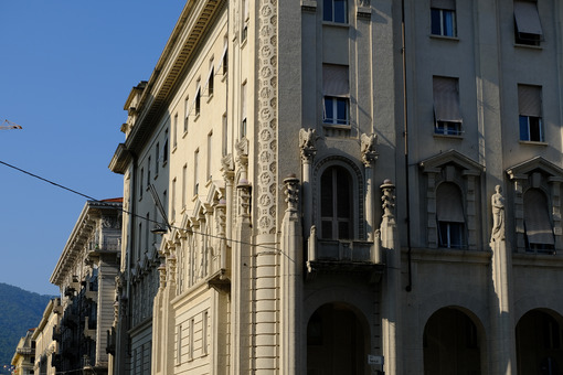 Palazzi monumentali a La Spezia. Palaces of the twentieth century with sculptures. Foto stock royalty free. - MyVideoimage.com | Foto stock & Video footage
