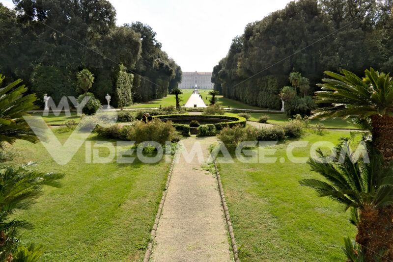 Palazzo Reale Caserta. Parco. Reggia di Caserta, Italy. 10/27/2018. Royal Palace Park. The design of a circular pool surrounded by a green lawn. - MyVideoimage.com | Foto stock & Video footage