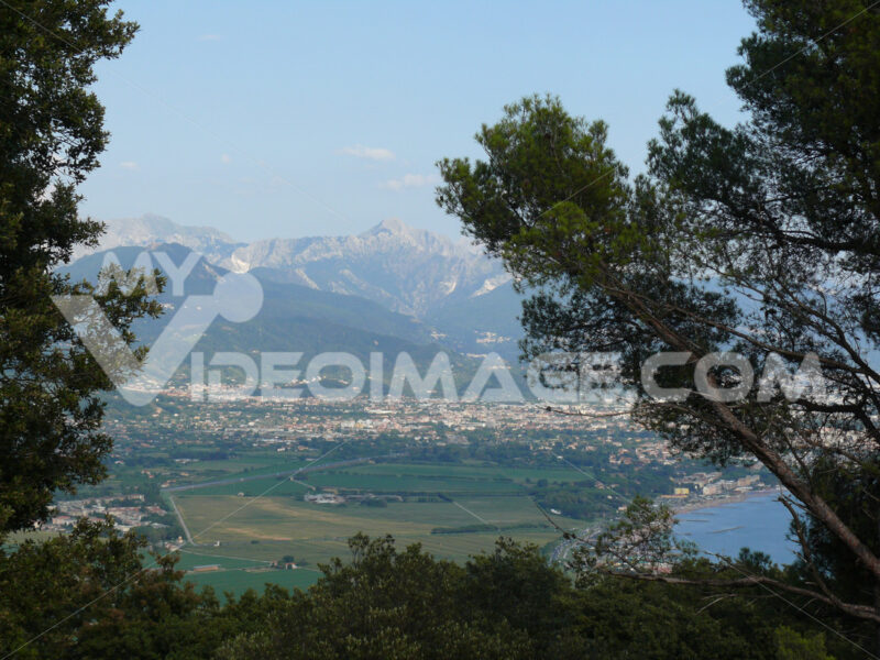 Panorama di Carrara. Panorama of Carrara and Apuan Alps with the plain of Marinella seen from the hill of Montemarcello. - MyVideoimage.com | Foto stock & Video footage