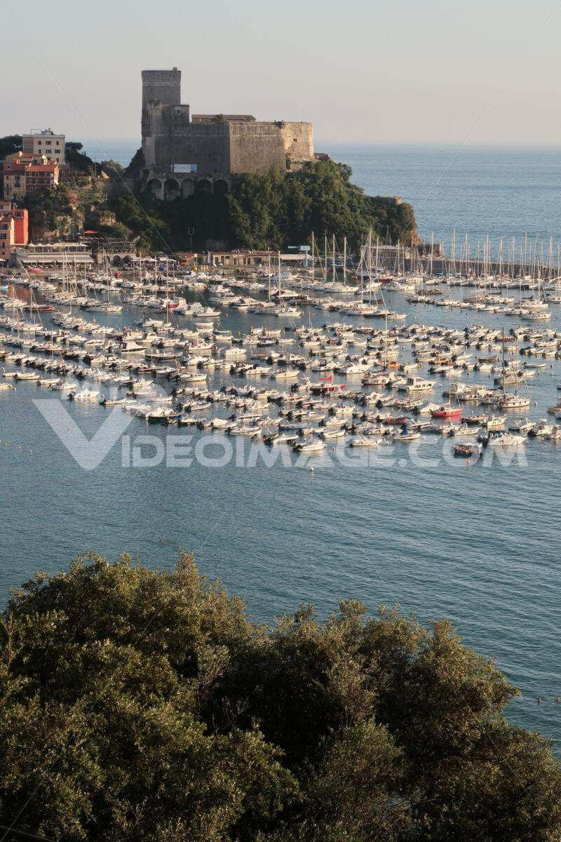 Panorama of Lerici with the marina and the castle. The village of Lerici. - MyVideoimage.com | Foto stock & Video footage