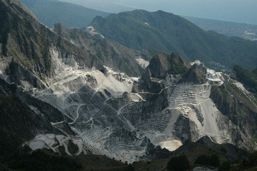 Panorama of the Carrara marble quarries on the Apuan Alps in Tuscany. - MyVideoimage.com | Foto stock & Video footage