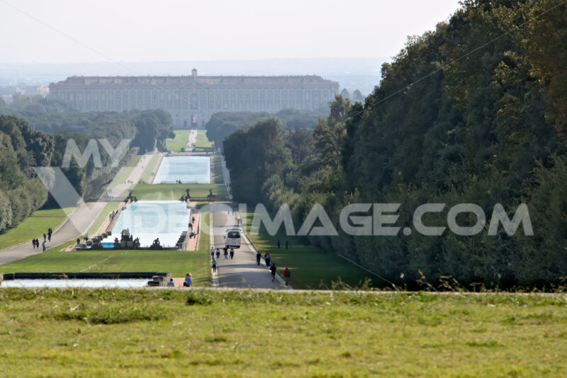 Parco Reggia di Caserta. Reggia di Caserta, Italy. 10/27/2018. Large fountain in the park with tanks at various levels - MyVideoimage.com | Foto stock & Video footage