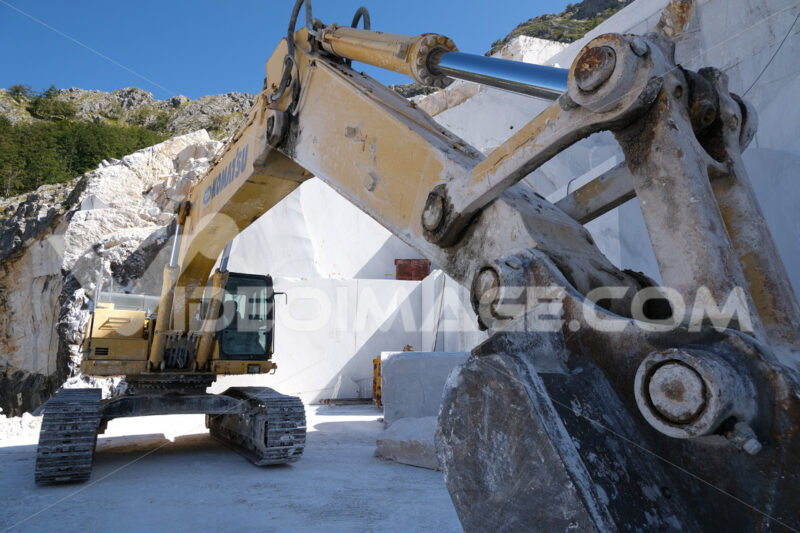Parete di marmo bianco in cava. Crawler excavator in a marble quarry near Carrara. Foto stock royalty free. - MyVideoimage.com | Foto stock & Video footage