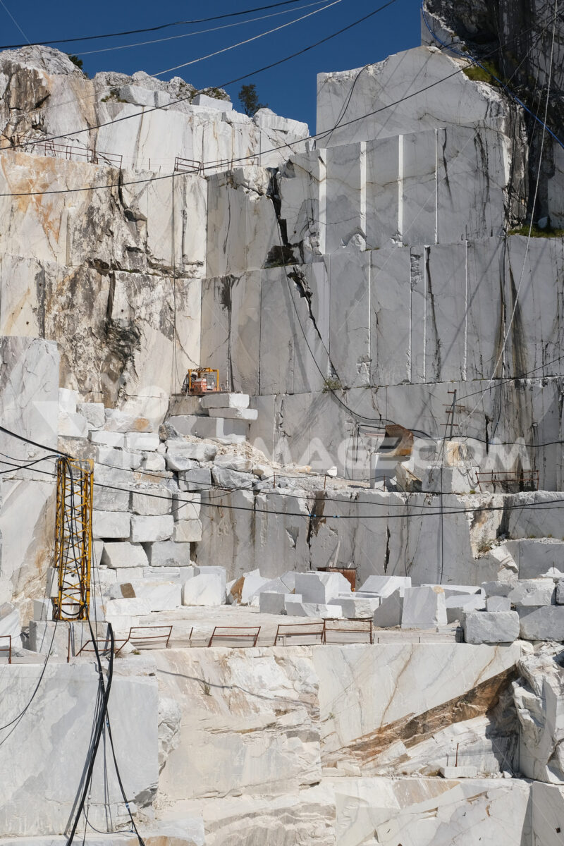 Parete di marmo. Large white marble quarry with blue sky background. - MyVideoimage.com | Foto stock & Video footage