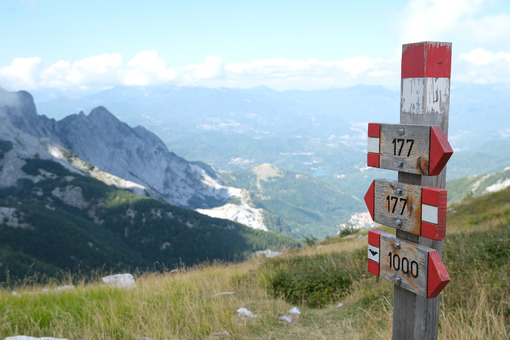 Paths signpost. Signposts indicating a mountain path in the Apuan Alps. Stock photos. - MyVideoimage.com | Foto stock & Video footage