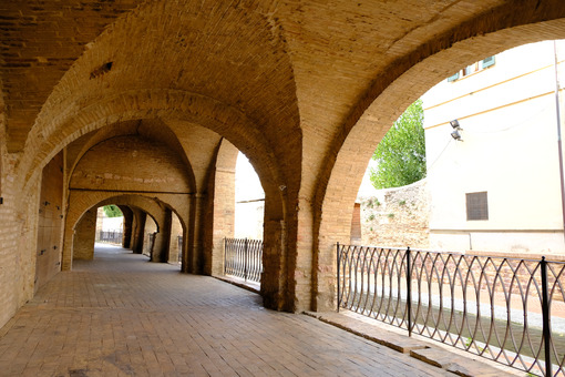 Pedestrian street with portico. Pedestrian street of the portico delle Conce in Foligno. Home to ancient tanneries along the canal of the mills. - MyVideoimage.com | Foto stock & Video footage