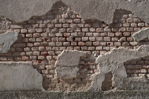 Peeling wall. A partly plastered brick wall. The humidity of the wall caused part of the plaster to fall off the wall. - MyVideoimage.com   Foto stock & Video footage