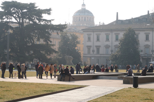 People walking in the winter in the gardens of Piazza della Pace in Parma. - MyVideoimage.com