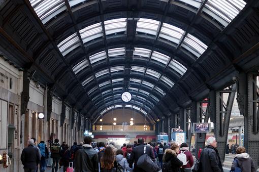 Persone alla stazione. Milan, Central Station. Travelers in transit - MyVideoimage.com | Foto stock & Video footage