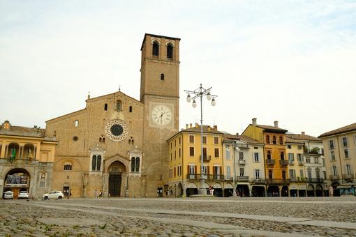 Piazza della Vittoria a Lodi. Cathedral of Lodi, façade in terracotta bricks. Foto stock royalty free. - MyVideoimage.com | Foto stock & Video footage