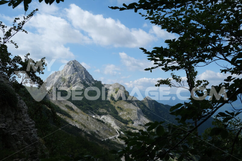 Pizzo d'Uccello. Alpi Apuane. Clouds on top of a mountain in the Apuan Alps in Tuscany. Stock photos. - MyVideoimage.com | Foto stock & Video footage