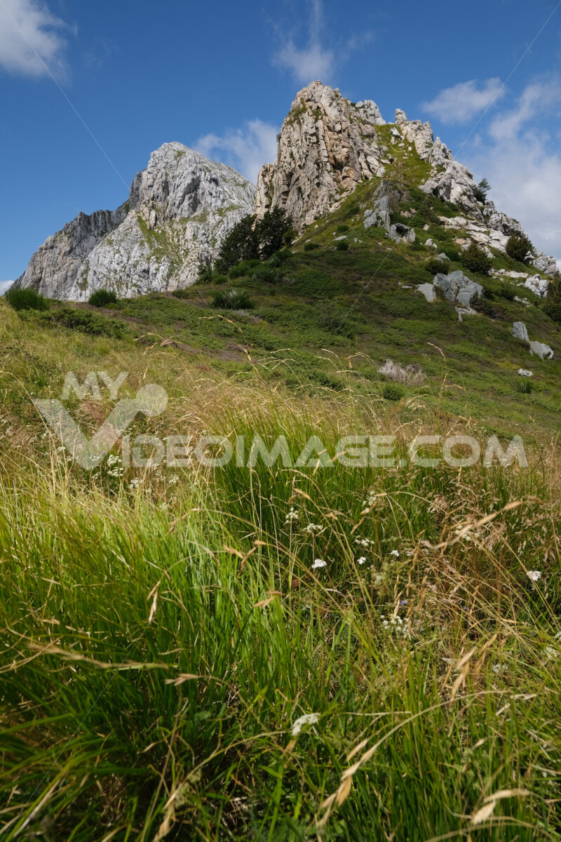 Pizzo d'uccello, Montagna delle Alpi Apuane. Clouds on top of a mountain in the Apuan Alps in Tuscany. Foto stock royalty free. - MyVideoimage.com   Foto stock & Video footage