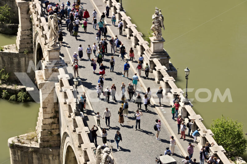 Ponte Sant'Angelo crosses the Tiber river in Rome. Roma foto. - MyVideoimage.com