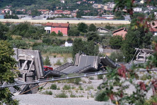 Ponte crollato. Collapsed bridge on the river bed in Albiano Magra. Foto stock royalty free. - MyVideoimage.com | Foto stock & Video footage