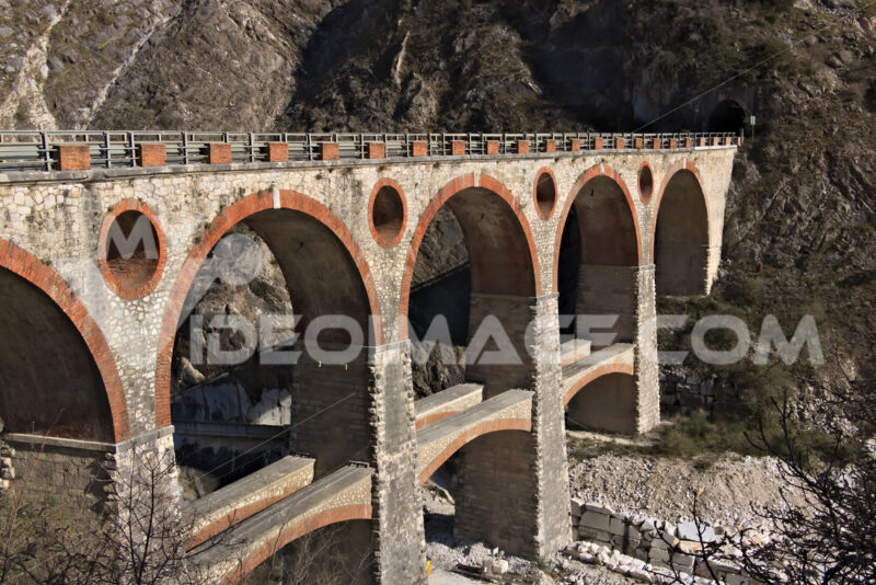 Ponti di Vara. Apuan Alps, Carrara, Tuscany, Italy. March 28, 2019. Ancient bridge in the marble quarries. - MyVideoimage.com | Foto stock & Video footage