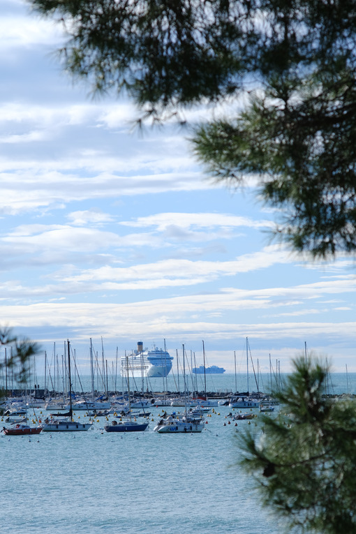 Port of Lerici with sailing boats, cruise ship and cargo ship. - MyVideoimage.com | Foto stock & Video footage